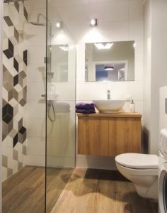 łazienka z odpływem liniowym, płytki szesiokątne